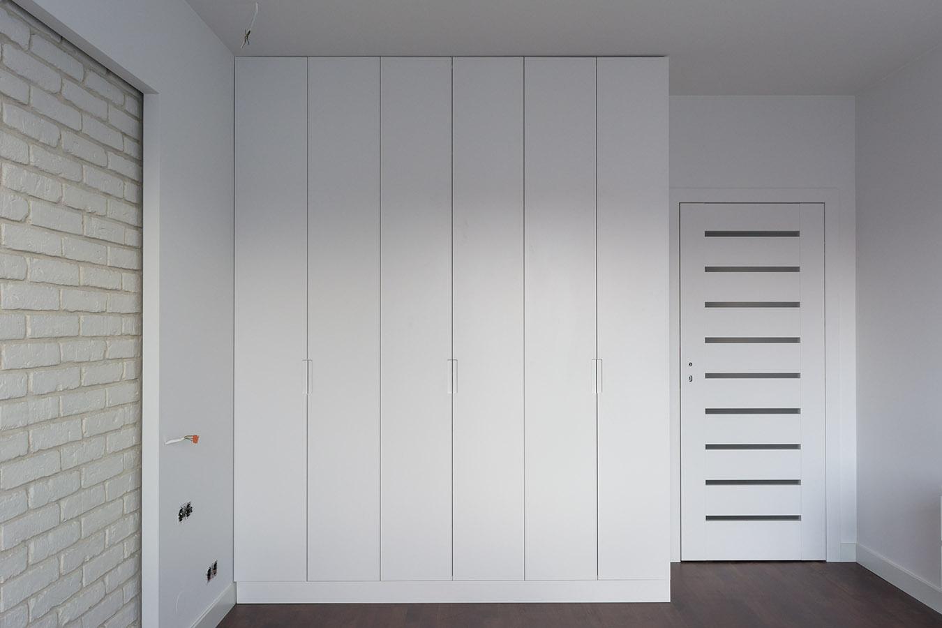 Белый распашной шкаф Львов