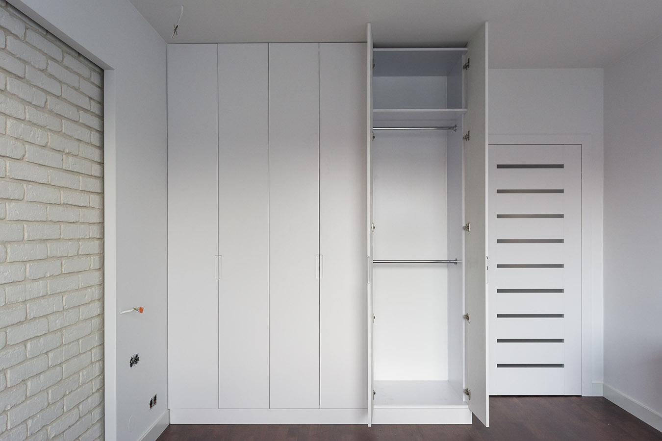 Вбудована біла шафа для спальні